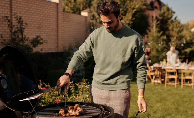 Man bij barbecue